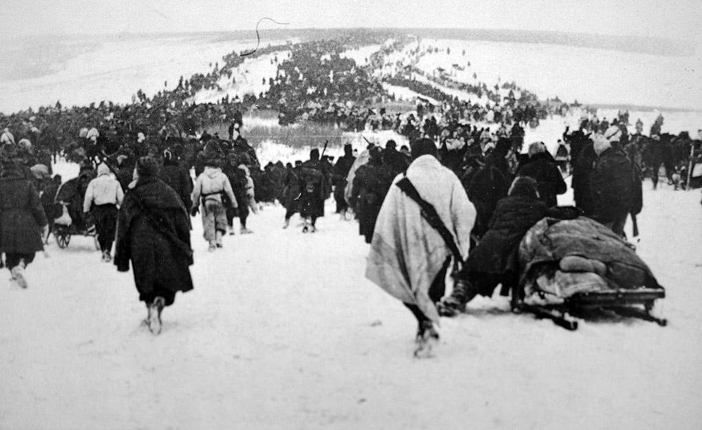 Колонны отступающих итальянских войск в заснеженной степи под Сталинградом.