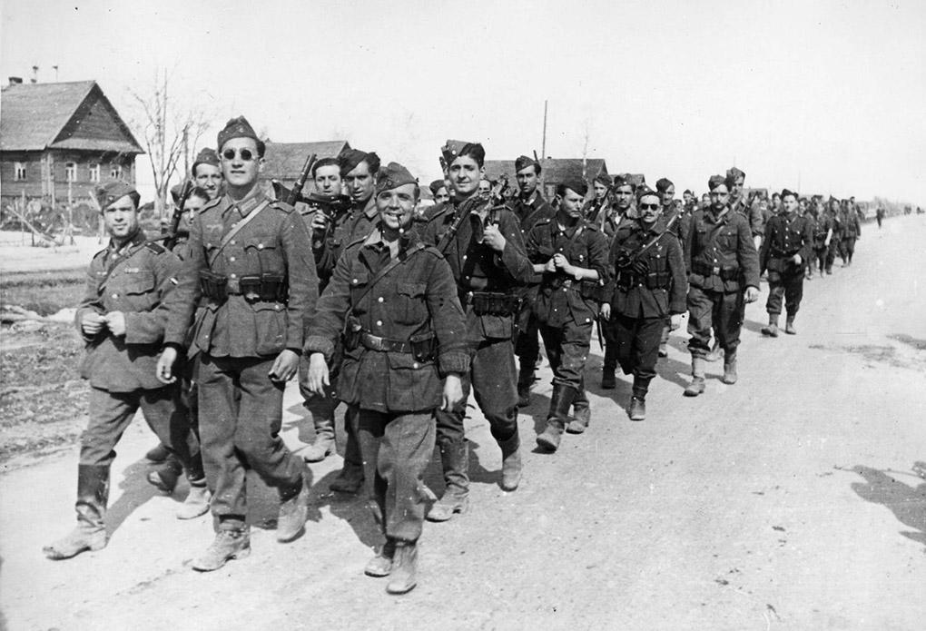 Испанские солдаты 250-й пехотной дивизии вермахта, более известной как «Голубая дивизия» (División Azul), на марше под Ленинградом.