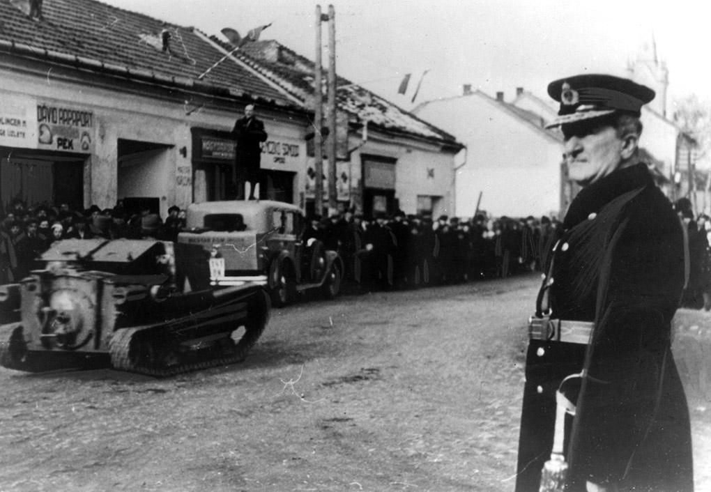Адмирал Миклош Хорти принимает парад венгерских войск.