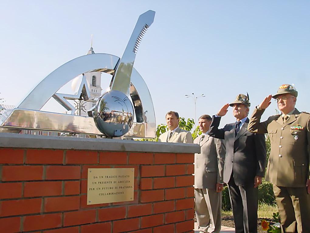Военная церемония альпийцев у памятника в честь 10-летия детского сада.