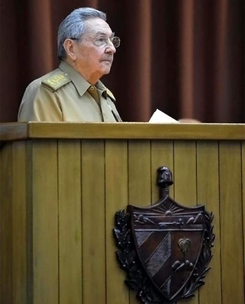 Первый секретарь ЦК Компартии Кубы Рауль Кастро выступает на чрезвычайной сессии парламента республики.