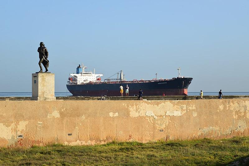 Венесуэльский танкер входит в порт Гаваны.