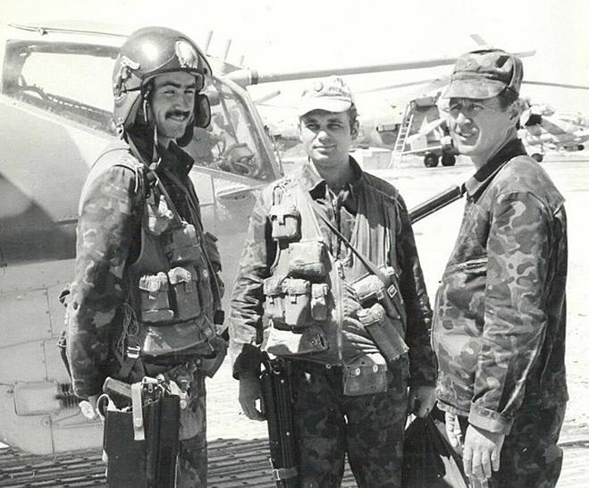 Вертолетчики с АКС-74У в кобуре.