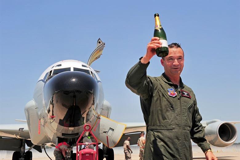 Бывший командир 55-го Авиакрыла бригадный генерал Дональд Бэкон, член комитета Конгресса по вооружённым силам.