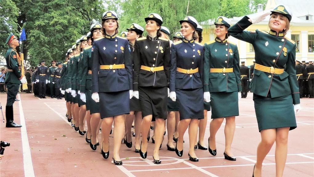 Прощальный торжественный марш выпускниц Военно-медицинской академии.