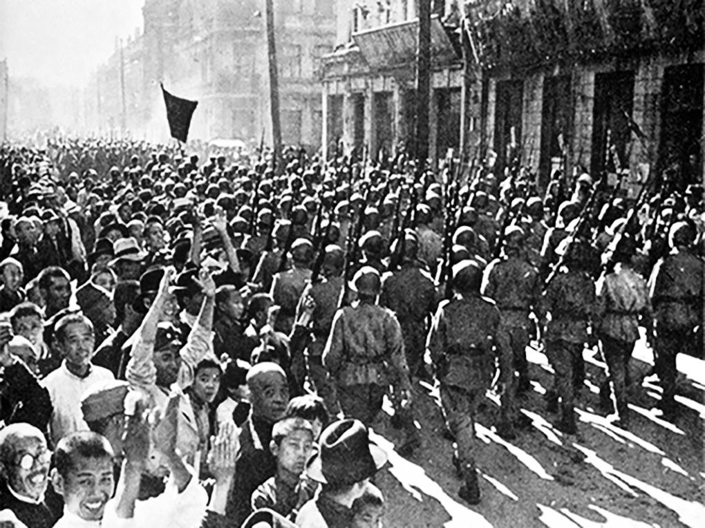 Советские войска входят в освобожденный Харбин.