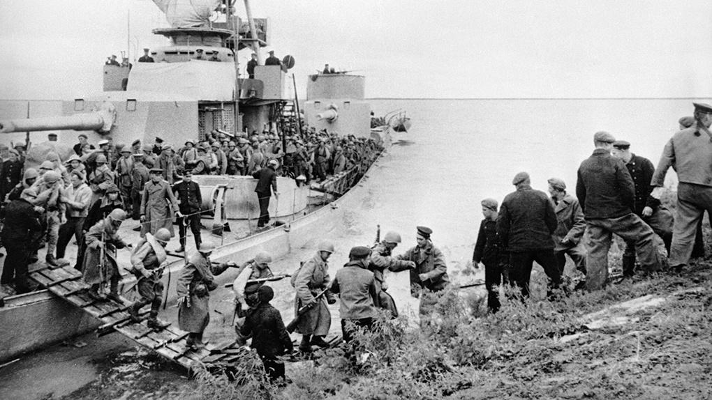 Советские войска пересекают Сунгари.