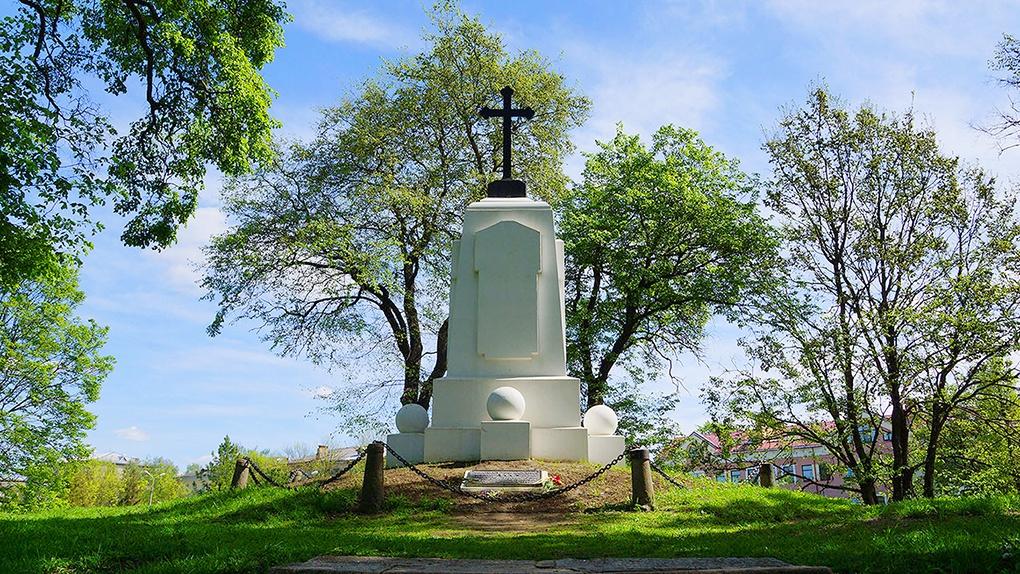 Памятник в честь 300-летия обороны Пскова.