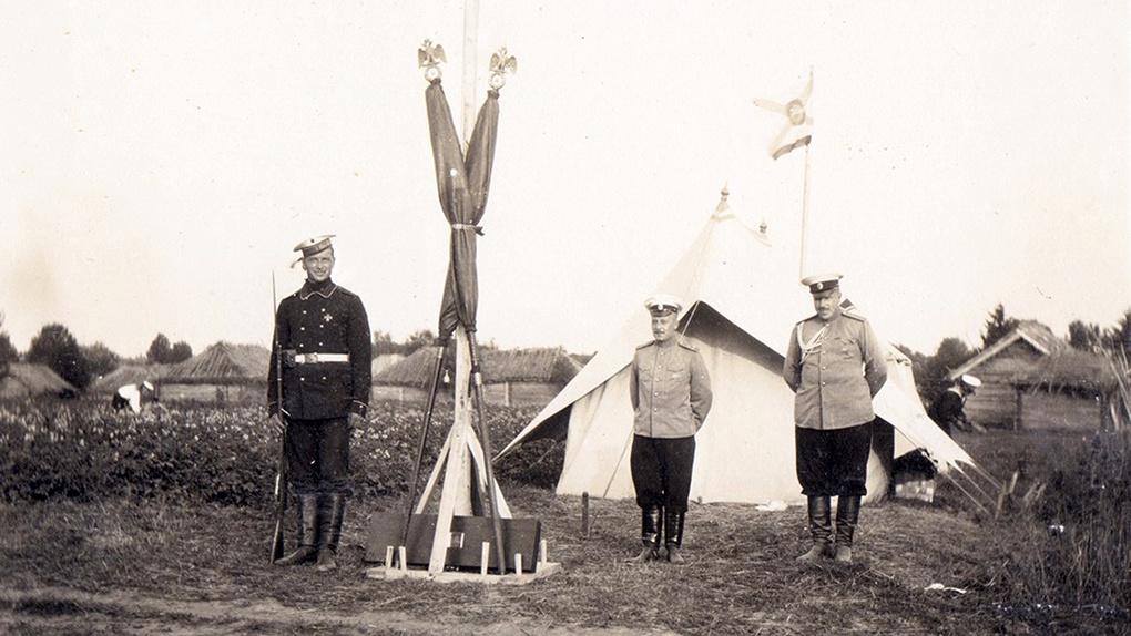 Часовой со знаменами Гвардейского Экипажа у командирской палатки в дер. Маслово.