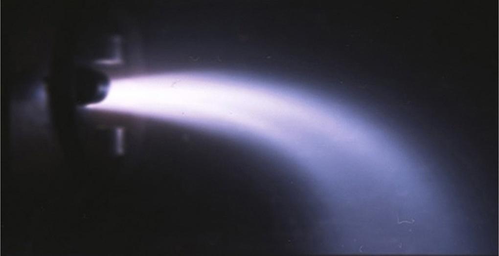 Отклонение плазменной струи во время экспериментов с магнитоплазмодинамическим ускорителем в Проблемной лаборатории МГУПИ под руководством профессора Кубарева.