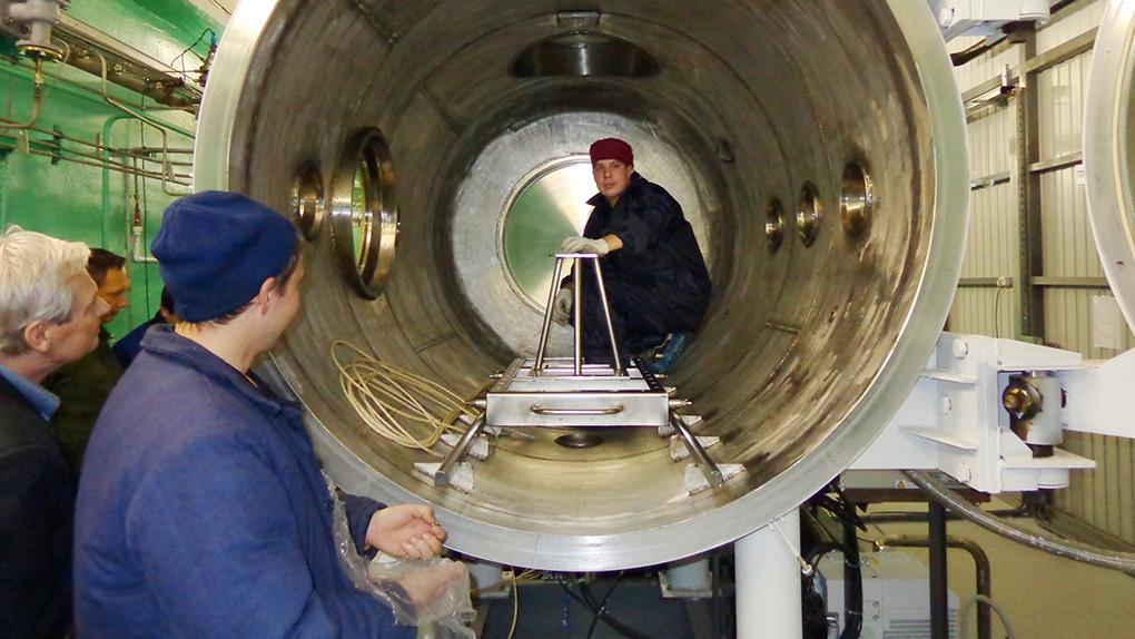 Подготовка вакуумной камеры к испытанию модели магнитоплазмодинамического ускорителя в КБ химавтоматики г. Воронеж.