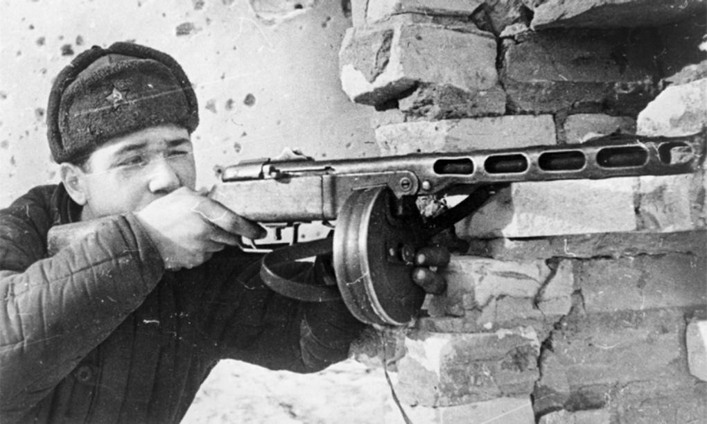 Боец Красной Армии с ППШ-41 в боях под Москвой.