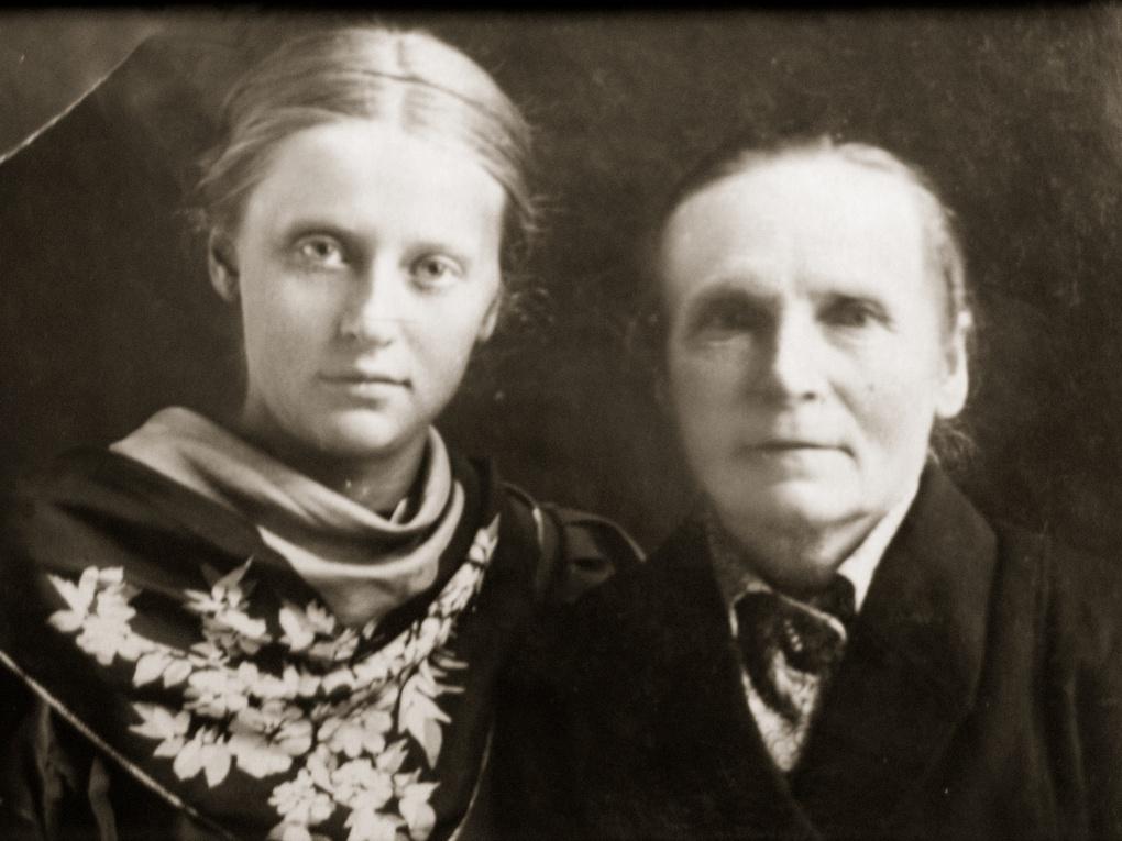 Нина Якимович с матерью, 1938 г.