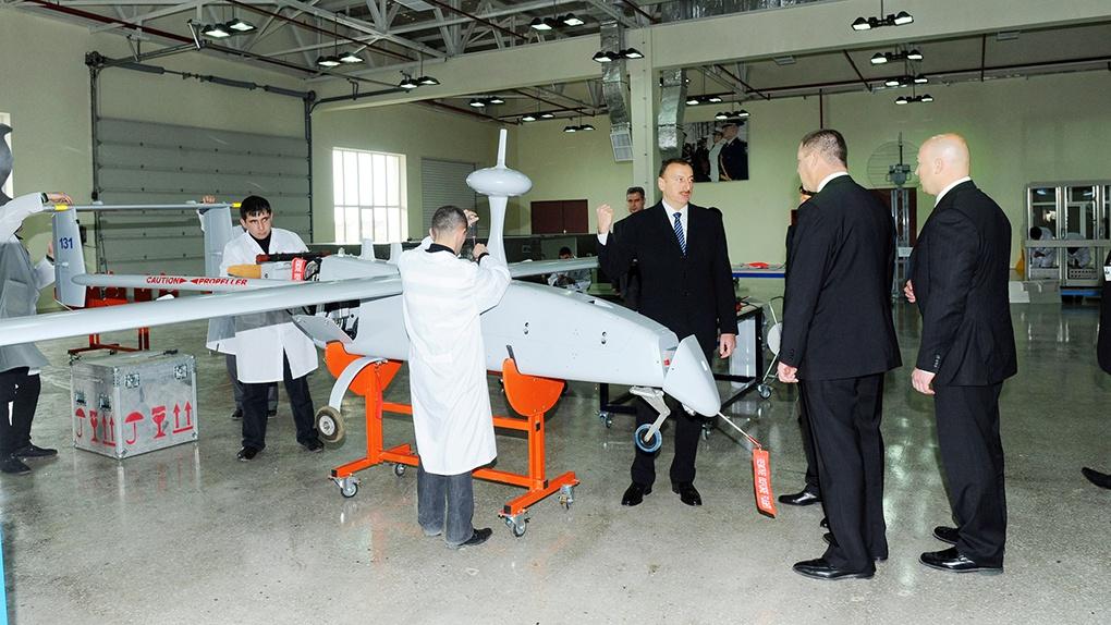 Президент Ильхам Алиев во время открытия завода AZAD Systems Co знакомится с цехом где собирают БЛА Aerostar.