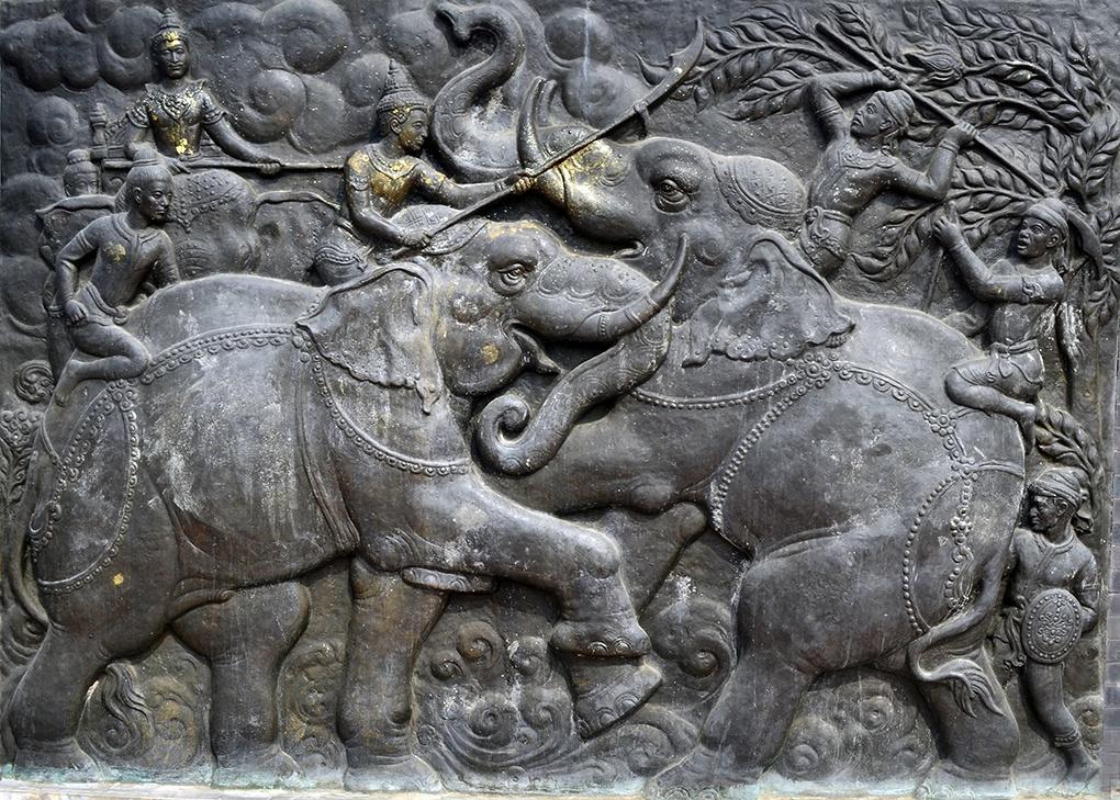 Барельеф, изображающий столкновение боевых слонов.