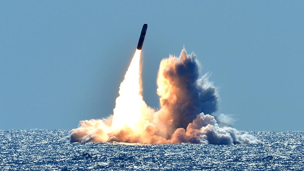 Пуск американских ракет носитель Трайдент 2 с подводной лодки.