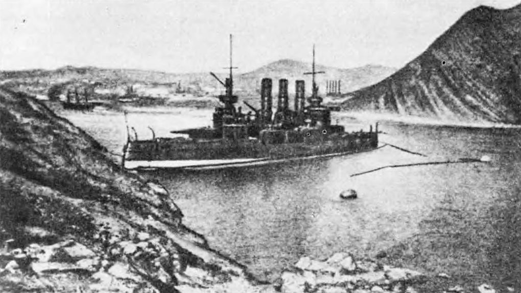 Броненосец «Ретвизан» на мели в проходе во внутреннюю гавань.