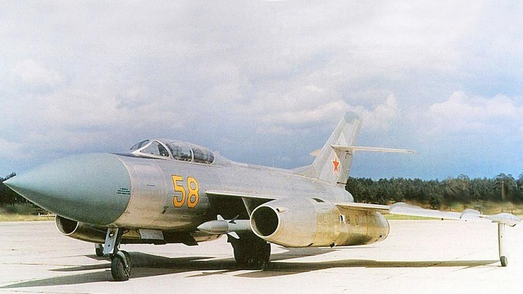 Самолёт Як-27К борт №58 с ракетами К-8.