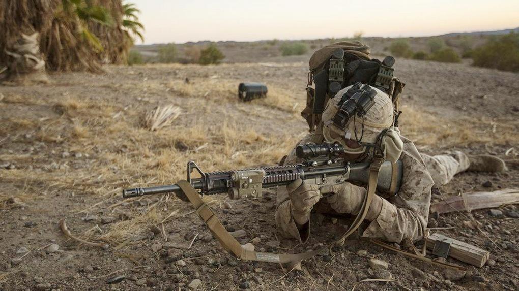 Американский морской пехотинец отрабатывает приёмы на учениях в Аризоне.
