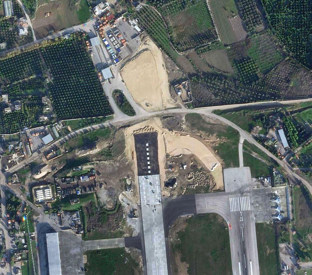 Вид на продолжающиеся строительные работы по расширению северной части западной взлетно-посадочной полосы Хмеймима, по данным на 14 декабря 2020 года.