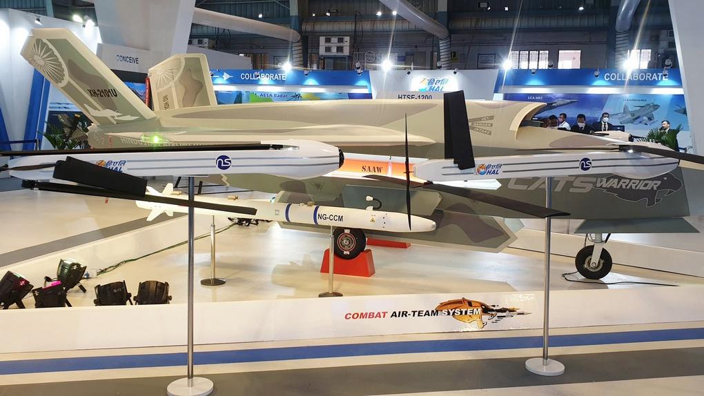 Макеты беспилотного ведомого Warrior, ракет «воздух-воздух» NG-CCM и барражирующих боеприпасов.