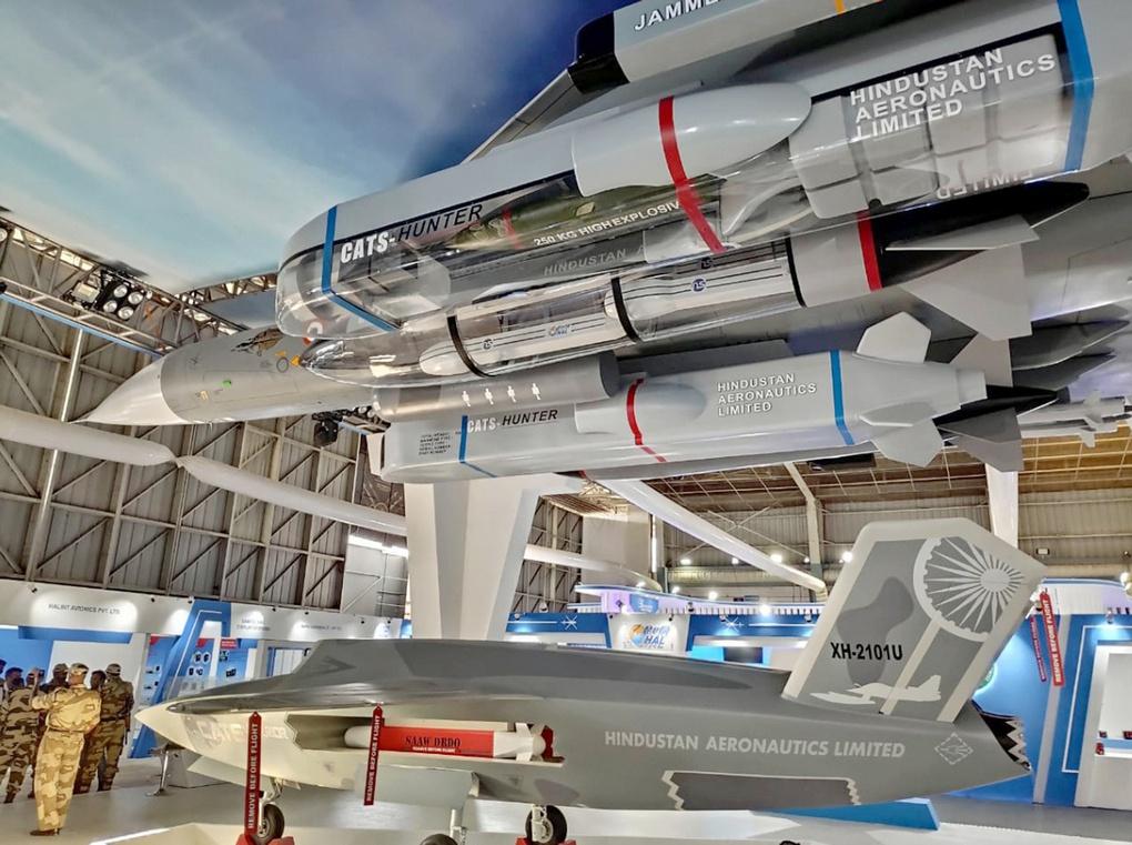 Полноразмерные макеты боевого самолета HAL Tejas Mk 1A и беспилотного ведомого Warrior.