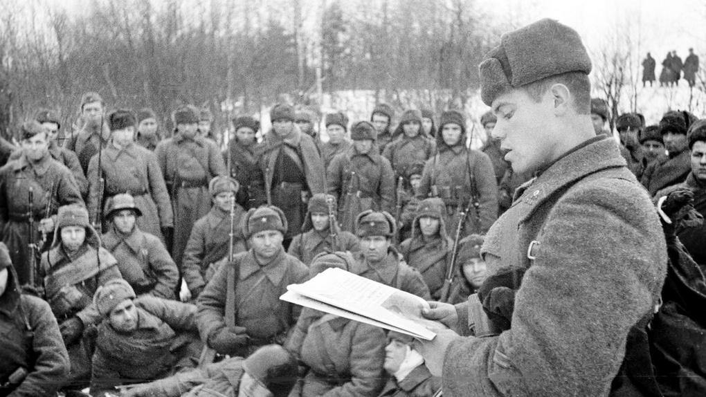 Советский командир зачитывает речь Сталина во время боёв за Москву.