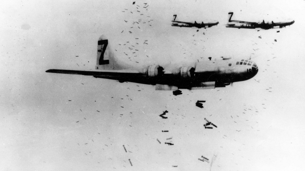 В-29 сбрасывают зажигательные бомбы на Иокогаму 1945 г.