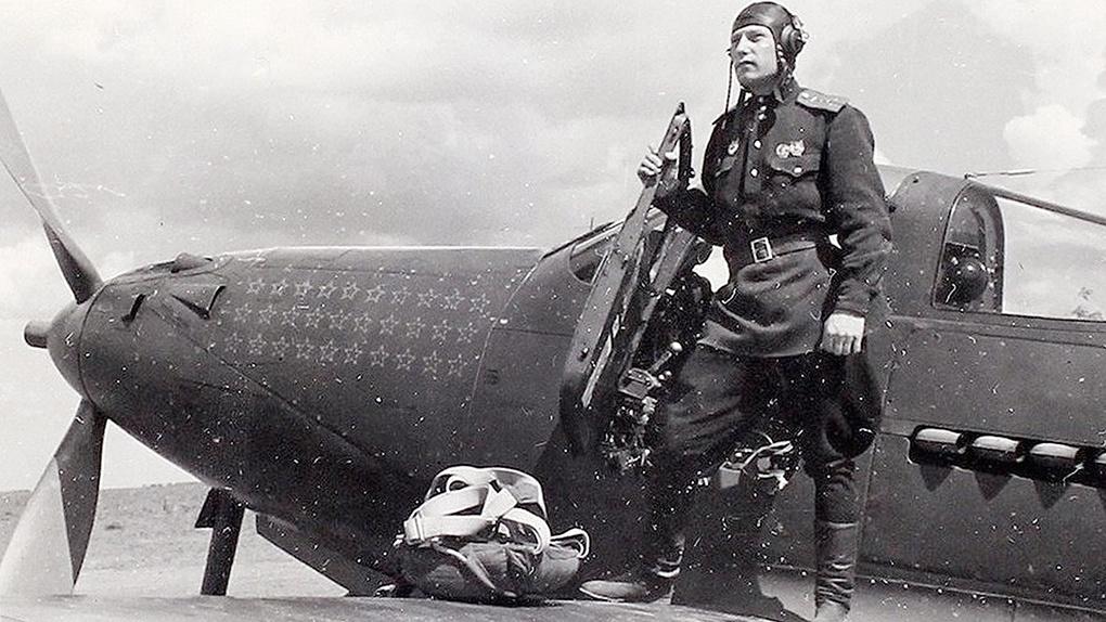 А.И.Покрышкин на крыле своего истребителя Р-39 «Аэрокобра».