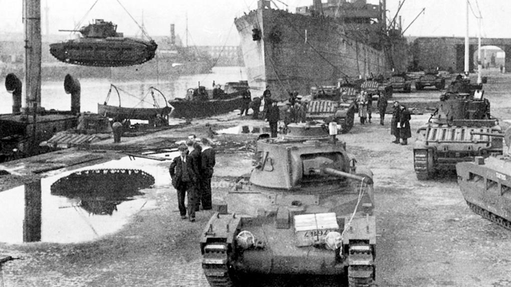 Разгрузка полученных по ленд-лизу танков в порту Архангельска.
