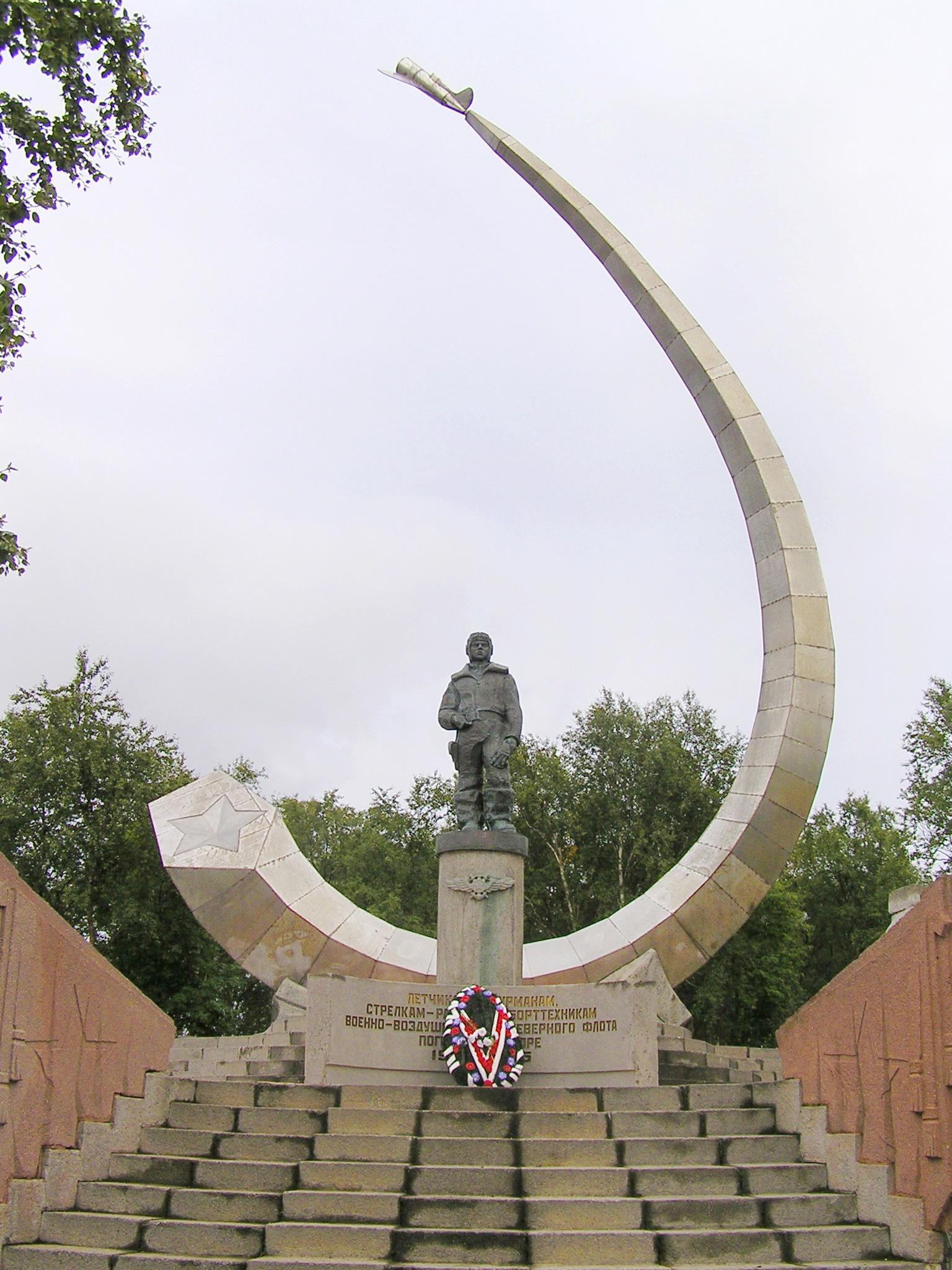 Мемориал авиаторам-североморцам, погибшим в море. Открыт 17 августа 1986 года в пос. Сафоново. Скульптор Э.И. Китайчук.
