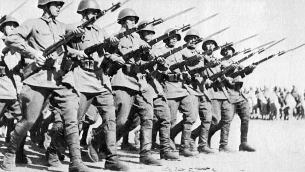 Советские солдаты с винтовками СВТ-40.