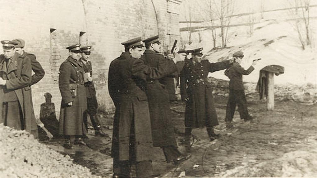 Группа советских лётчиков упражняется в стрельбе из пистолета ТТ.