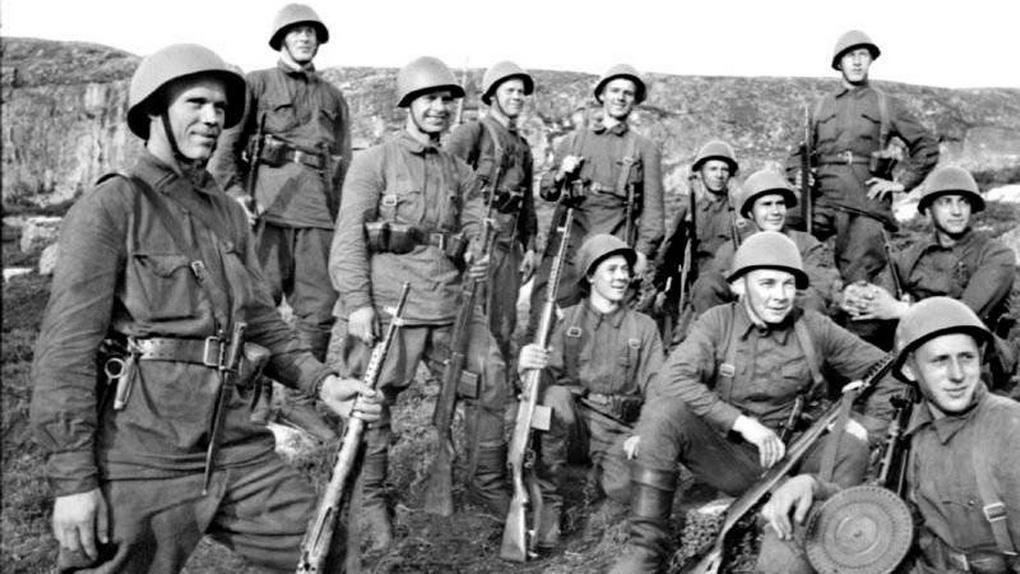 Красноармейцы с винтовками СВТ на привале.