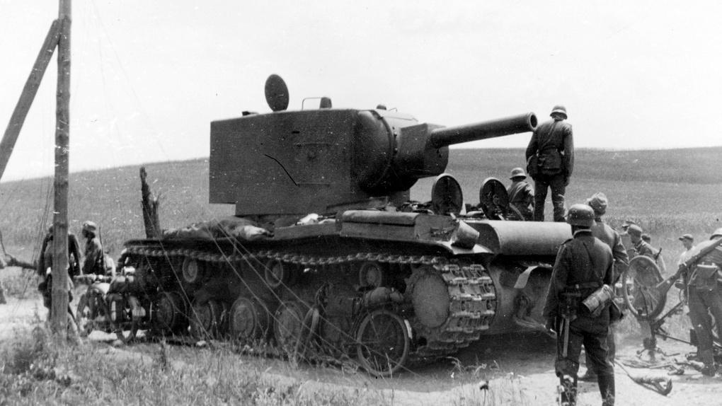 Подбитый КВ-2.