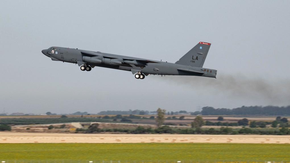 B-52H Stratofortress, приписанный ко 2-му бомбардировочному крылу на базе ВВС Барксдейл взлетает на авиабазе Морон.