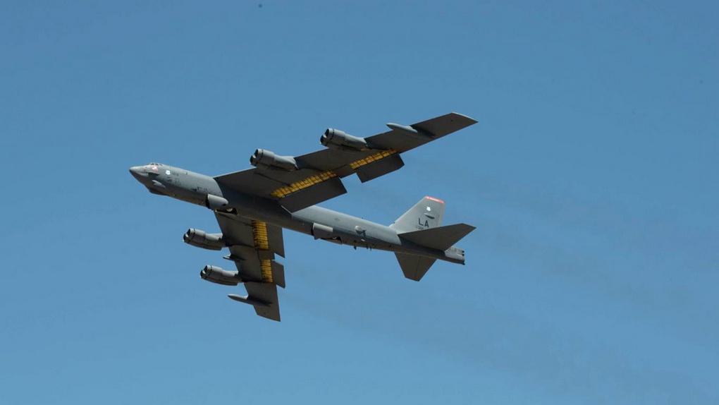 Бомбардировщики завершают целевую подготовку над Черным морем.