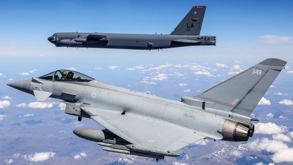 B-52 Stratofortress в сопровождении Eurofighter Typhoon когда он пролетает над Великобританией в рамках учений.