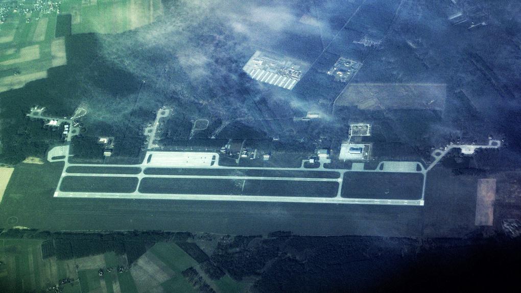 Вид на военный аэродром 33-й авиабазы в Повидз (Польша) из космоса.