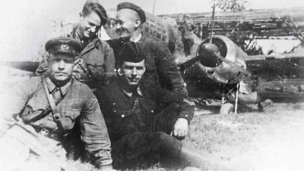 А. Баукин (слева) у своего бомбардировщика 1942 г.