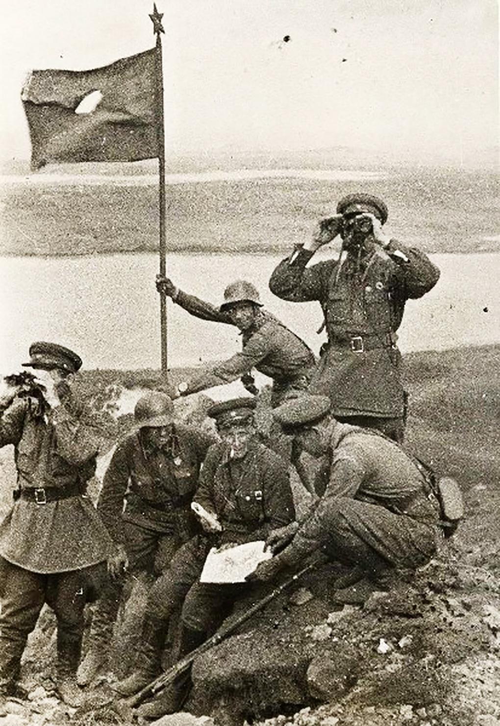 Советское знамя на сопке Заозёрная у озера Хасан.