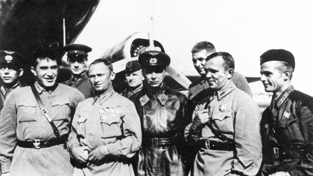 Я.В.Смушкевич с советскими лётчиками на Халхин-голе.