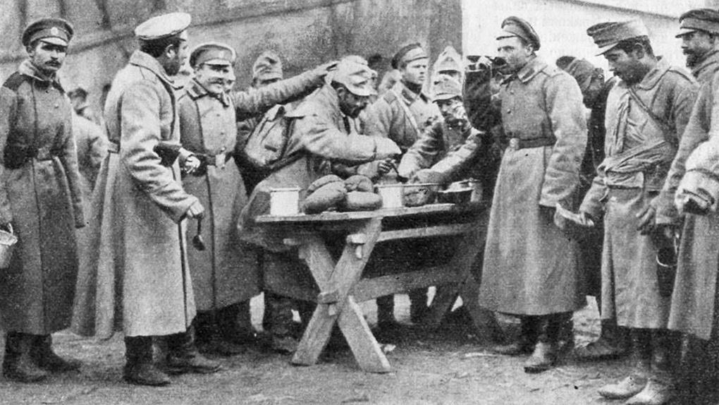 Русские солдаты делятся едой с пленными австрийцами.