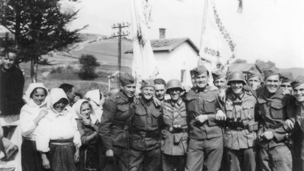 Веселые немецкие и словацкие солдаты позируют с группой местных лемков в Команче (Польша). Сентябрь 1939 года.