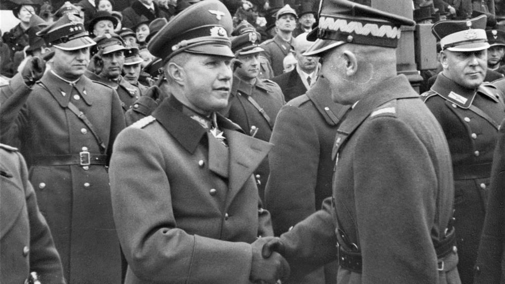 Маршал Эдвард Рыдз-Смиглы (справа) пожимает руку немецкому атташе полковнику Богиславу фон Штудницу на параде в честь Дня независимости Польши. 11.11.1938.