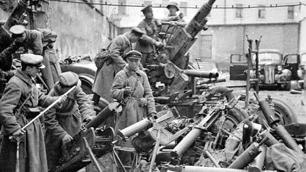 Советские офицеры осматривают трофейную польскую технику. 1939 год.