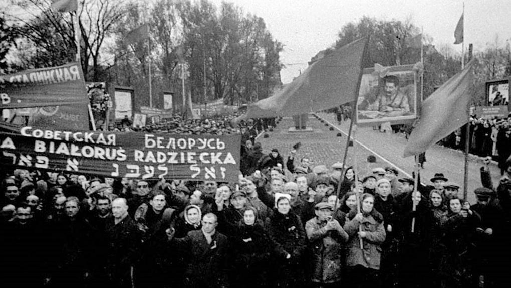 Митинг в Западной Белоруссии, посвящённый вхождению её в состав Белорусской ССР. Транспаранты на русском, польском и идиш.