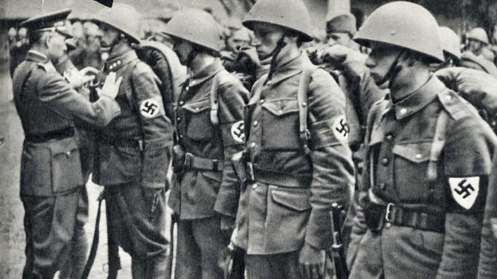 Министр обороны Словакии генерал Фердинанд Чатлош награждает словацких солдат-участников польской кампании 1939 года.