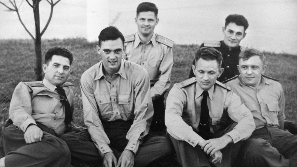 Элизабет-Сити, 1945 г. Полковник М. Чибисов (слева), переводчик Г. Гагарин (второй слева) с группой советских летчиков.