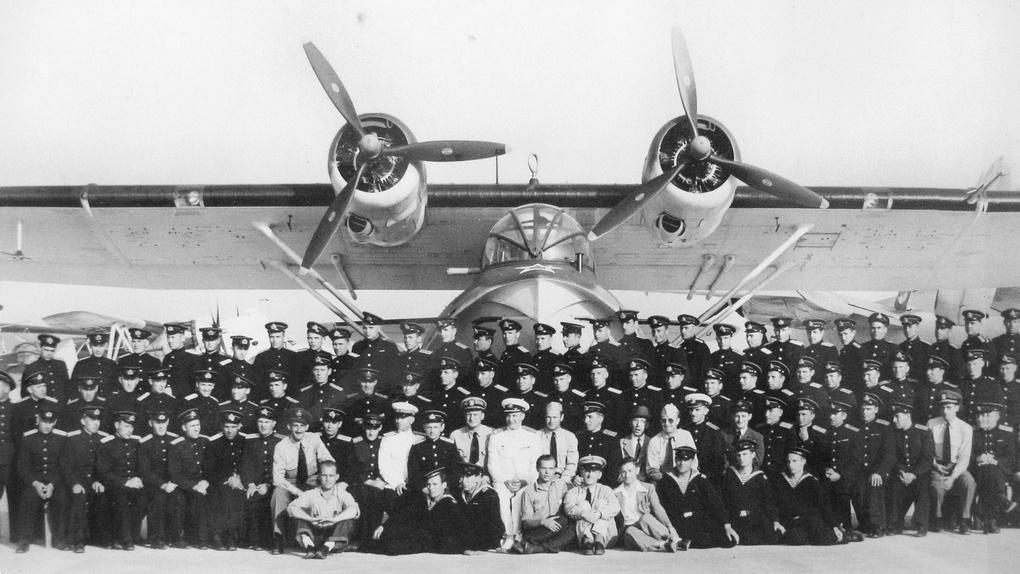 Июнь 1944 г. Советские летчики и их американские инструкторы на базе Элизабет-Сити у гидросамолета Каталина PBN-1.